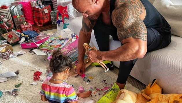 """Dwayne """"The Rock"""" Johnson musste mit seiner Tochter Barbie spielen. (Bild: instagram.com/therock)"""