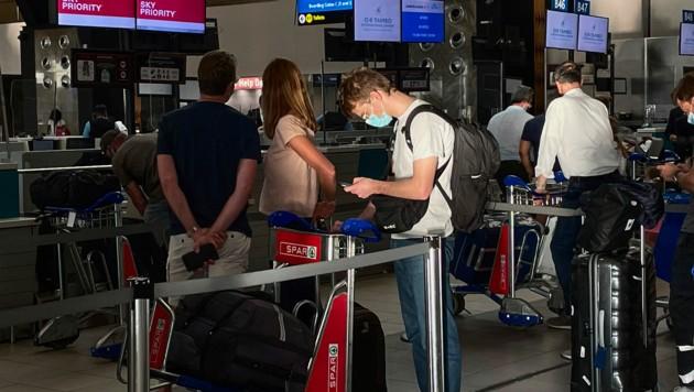 Flughafen Johannesburg: Österreich verhängt wegen der Virus-Mutation ein Landeverbot für Flüge aus Südafrika bis 10. Jänner. (Bild: AP)