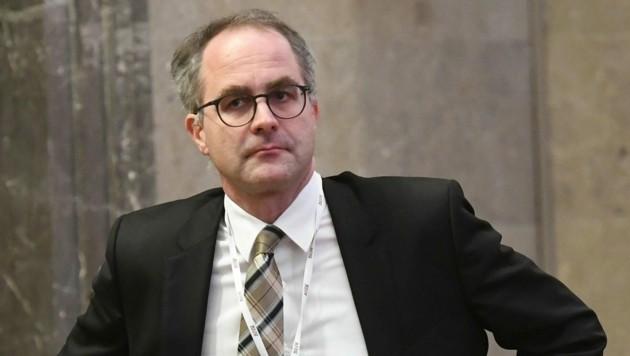 Der Linzer Rechtsanwalt Oliver Plöckinger verteidigt den VP-Landtagsabgeordneten im Vergewaltigungsprozess. (Bild: EPA)