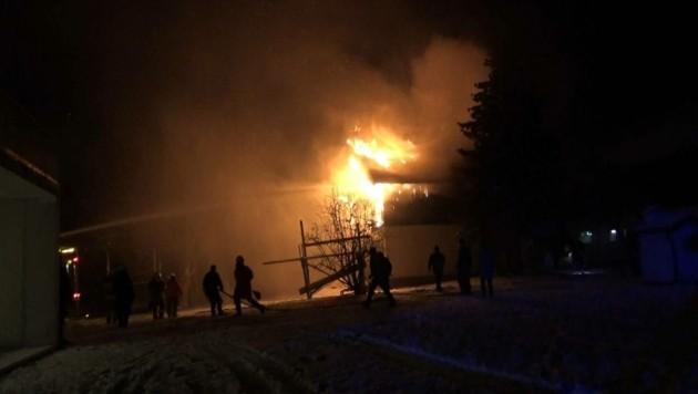 Bauernhof brannte (Bild: FF Michaelbeuern)