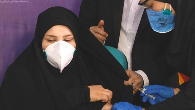 """Tayebeh Mokhber war eine der drei Probanden, die mit dem Vakzin """"Coviran Barekat"""" geimpft wurde. (Bild: Associated Press)"""