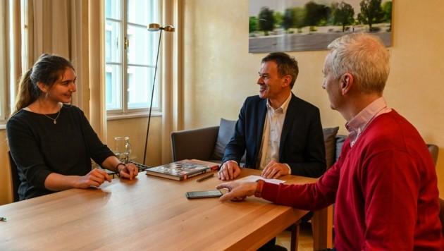 """Bürgermeister Willi im Gespräch mit den """"Krone""""-Redakteuren Nadine Isser und Philipp Neuner."""