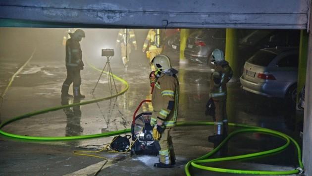 Feuerwehrmänner in der Tiefgarage (Bild: ZOOM.TIROL)