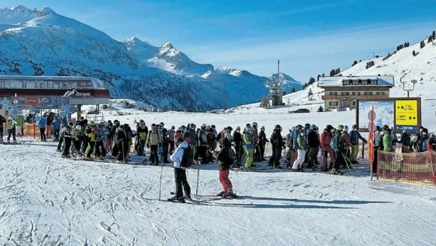 Lange Warteschlangen am Sonntag in Obertauern. (Bild: zVg)