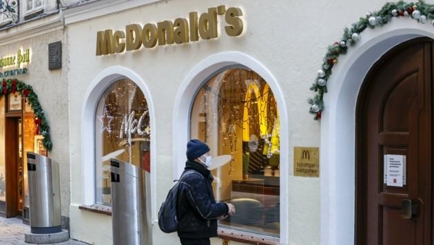 Er wartete vergeblich auf Burger und Pommes. Die McDonald's-Filiale in der Innenstadt ist bis auf Weiteres geschlossen. (Bild: Tschepp Markus)