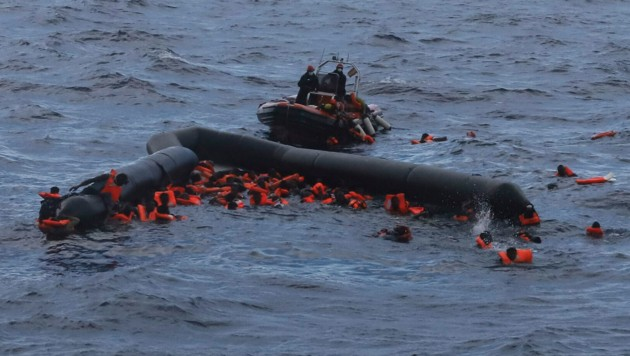 Migranten im November 2020 im Mittelmeer (Bild: AP)