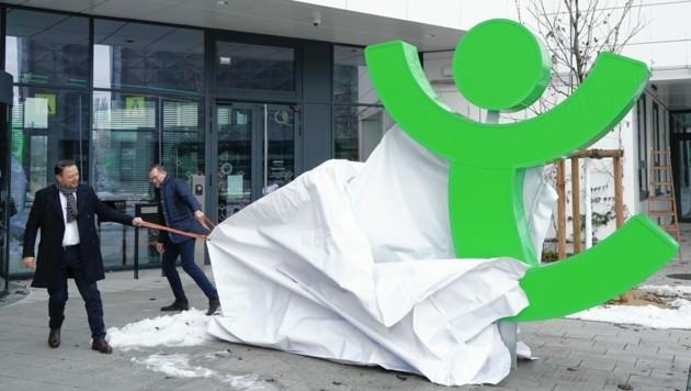 Vorstände Ingo Hofmann (re.) und Christian Kladiva enthüllten das Logo. (Bild: Sepp Pail)