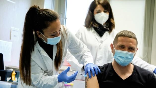 Erst nach Pensionisten und Pflegern werden sich alle anderen impfen lassen können. (Bild: EXPA/ laPresse/ Mauro Scrobogna)