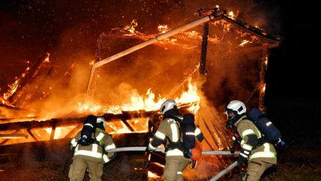 Selbst 70 Einsatzkräfte konnten das hölzerne Gebäude nicht mehr retten.