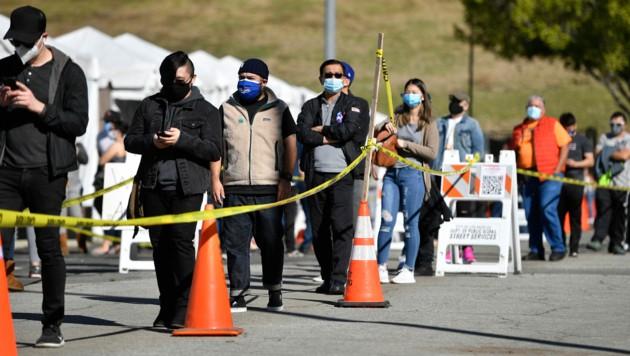Menschen stehen im Lincoln Park in Losa Angeles Schlange, um sich gegen das Coronavirus impfen zu lassen.
