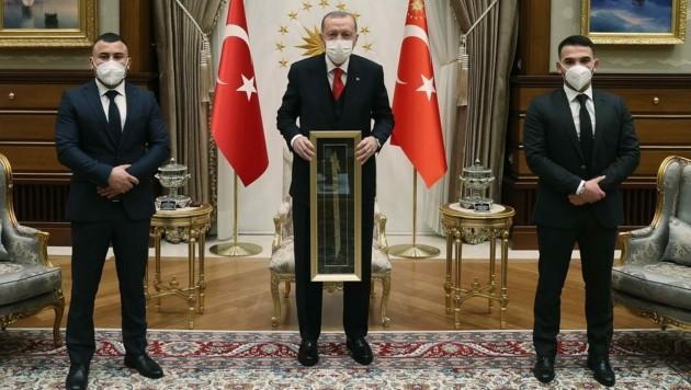 Erdogan, flankiert von Mikail Özen (li.) und Recep Gültekin (Bild: TCCP)