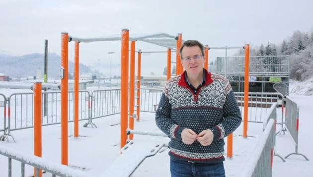 Vizebürgermeister Wedenig in der Sportanlage (Bild: Hronek Eveline)