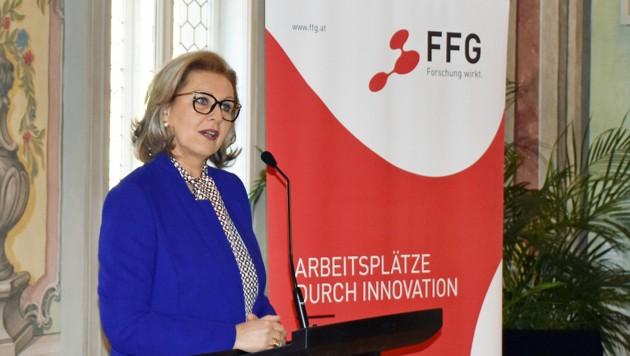 """LRin Zoller-Frischauf: """"Vor allem angesichts der Coronapandemie ist die Innovationskraft der heimischen Wirtschaft ein Schlüsselfaktor, um die Krise nachhaltig zu bewältigen."""" (Bild: Land Tirol/Kathrein)"""