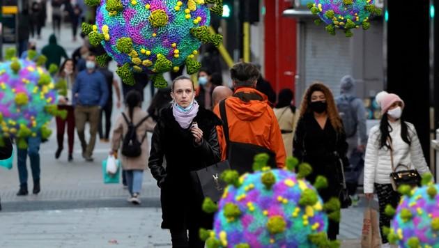 Die britische Mutation des Coronavirus ist ansteckender als die bisher bekannten Varianten. (Bild: AFP/Niklas HALLE'N, stock.adobe.com, Krone KREATIV)