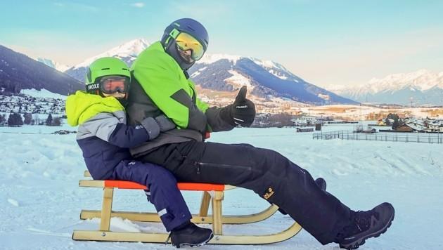 So ist es laut Experten richtig: Helm auf und Kind nach hinten. (Bild: Christian Forcher)