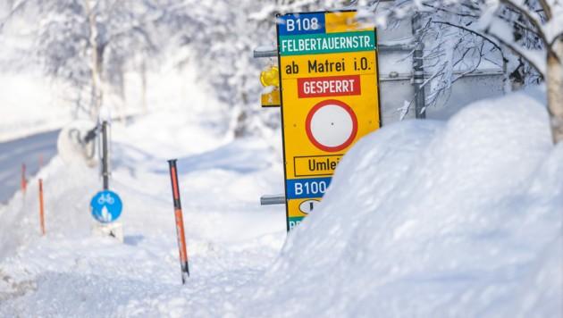 Die Felbertauernstraße ist aufgrund der Schnee- und Wetterverhältnisse gesperrt - Osttirol ist damit nur noch über große Umwege erreichbar. (Bild: APA/JOHANN GRODER/EXPA)