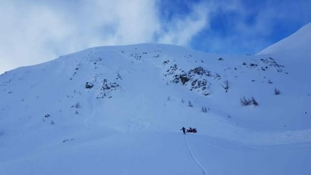 35 Bergretter und Alpinpolizisten aus Tamsweg waren Sonntagmittag im Lungauer Rosanintal im Einsatz. (Bild: Bergrettung Salzburg)