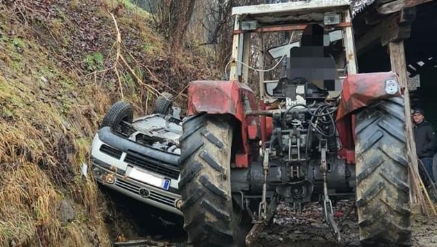 Der Pkw und blieb zwischen einem Traktor und dem Abhang stecken.