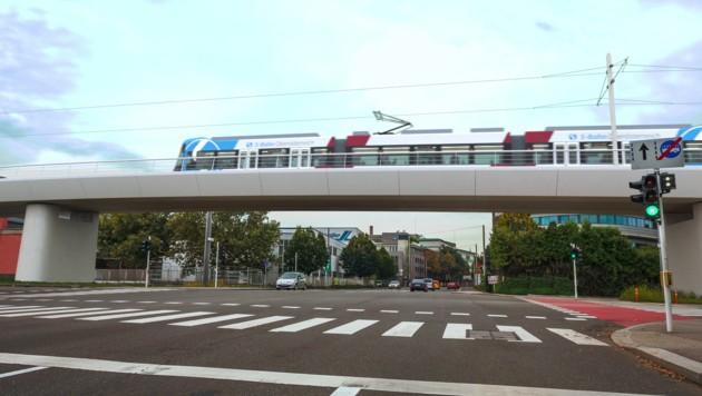 Als Lightrail-Garnitur wird die Linzer Stadtbahn die Hafenstraße überqueren