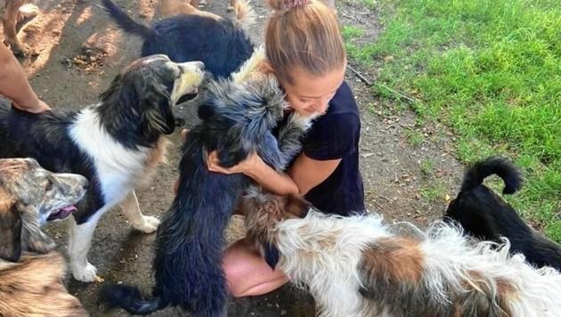 Die oststeirische Polizistin und große Tierfreundin Elena Rath in Mazedonien. (Bild: zVg)