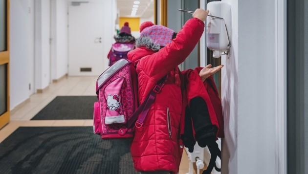 Hände, aber auch Tische und Sessel müssen in Schulen regelmäßig desinfiziert werden. (Bild: EXPA/ Stefanie Oberhauser)