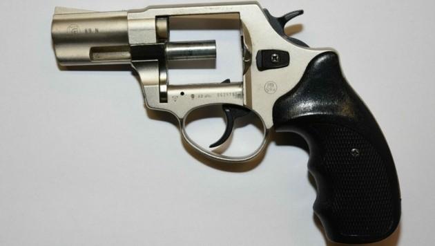 Mit dieser gezückten Waffe öffnete der Verdächtige die Tür.