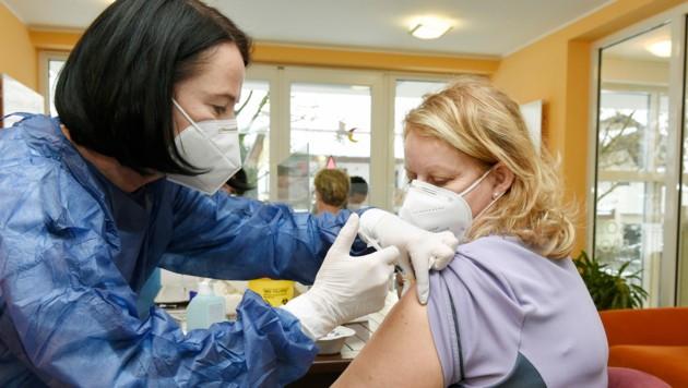 Im Seniorenwohn- und Pflegeheim Providentia in Klagenfurt wurden am Montag die ersten Bewohner und Mitarbeiter geimpft. (Bild: fritzpress)