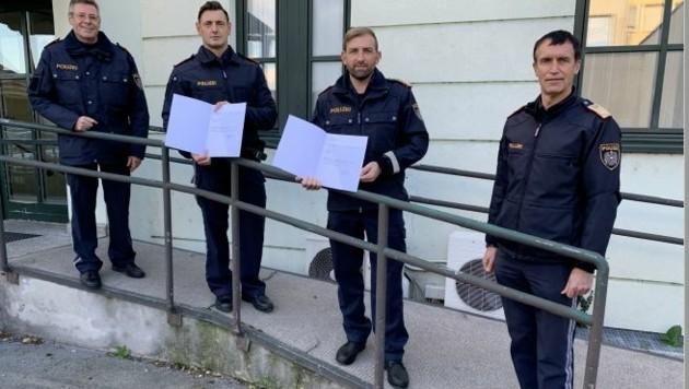 Markus Zisper (2. v. li.) ist neuer Kommandant der Polizeiinspektion in Gols. Landesdirektor Martin Huber (re.) und Rainer Bierbaumer (li.) gratulierten. (Bild: Christian Schulter)