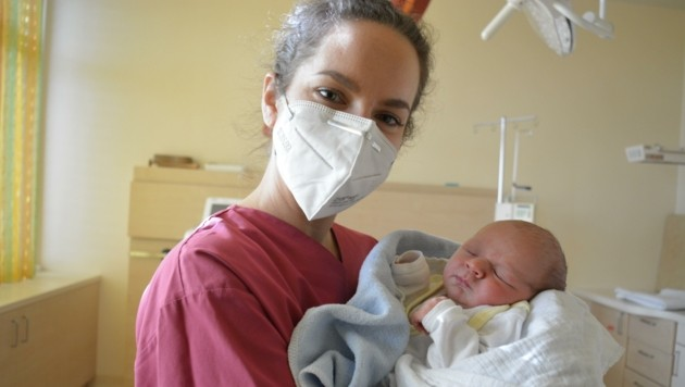 Der süße Max erblickte am 31. Dezember kurz vor 17 Uhr als letztes Baby des vergangenen Jahres im Klinikum Freistadt das Licht der Welt. Hebamme Lisa Garcia war bei der Geburt des gesunden Nachwuchses dabei.