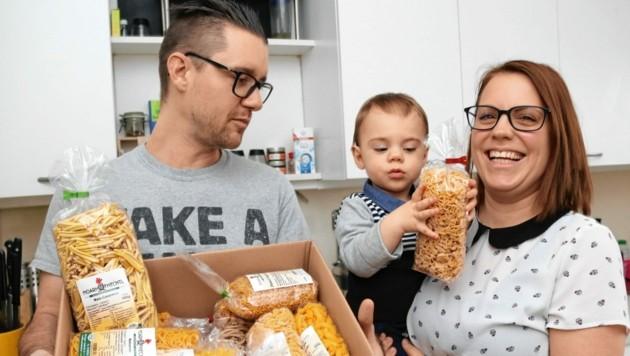 Entzückende Familie; Bianca, Christopher und Lio Hohl essen steirisch (Bild: Christian Jauschowetz)