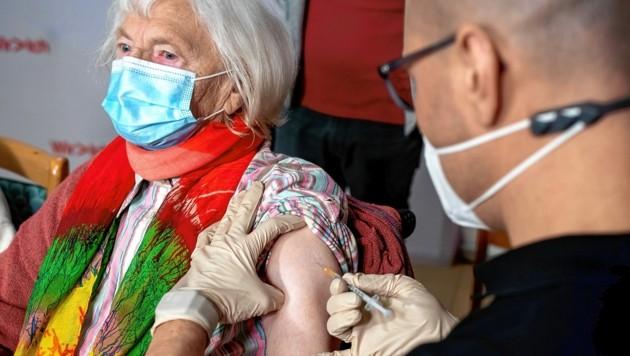 Eigentlich sollten Pflegeheimbewohner und medizinisches Personal als Erstes geimpft werden - es werden aber immer mehr Fälle bekannt, wo sich Nicht-Risikopatienten vorgeschummelt haben. (Bild: Imre Antal)