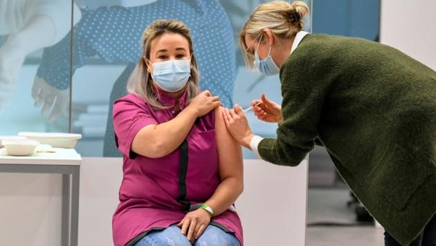 Pflegerin Sanna Elkadiri ist die erste geimpfte Person in den Niederlanden.