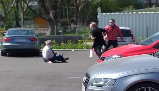 Der 73-Jährige ging nach dem Angriff des Bosniers zu Boden. (Bild: Polizei OÖ)