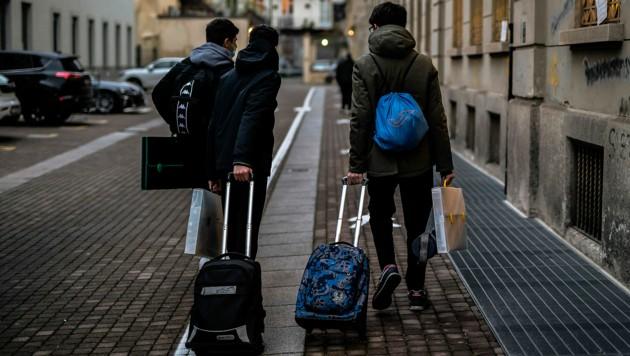 Schüler in Turin auf dem Weg zum Präsenzunterricht (Bild: APA/AFP/Marco Bertorello)