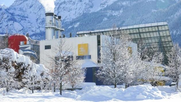 Das Bundesheer befreit Lienzer Dächer - wie das der Fernwärme - von Schneelast (Bild: Stadt Lienz)