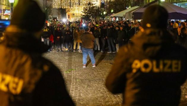 Die Demo am Vöcklabrucker Stadtplatz (Bild: laumat.at/Matthias Lauber)