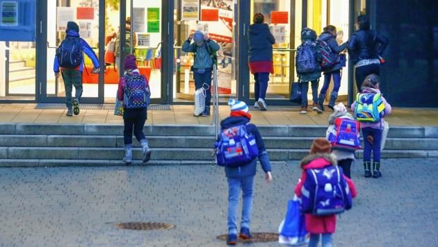 Die Volksschüler sollen von den Eltern getestet werden, die Älteren dürfen das selbst (Bild: Gerhard Schiel)