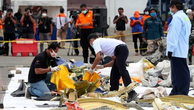 Nach der Flugzeugtragödie in Indonesien mit 62 Toten haben Suchtrupps Teile einer Turbine der Boeing 737-500 aus dem Meer geborgen. (Bild: AP)