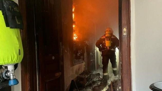 Die Einsatzkräfte löschten den Brand, nachdem sie über das Stiegenhaus in die Wohnung gelangt waren. (Bild: APA/STADT WIEN | FEUERWEHR)