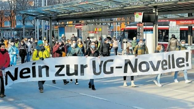 200 Studenten nahmen am Montag bei der Demonstration gegen die Novelle des Universitätsgesetzes in der Stadt Salzburg teil. (Bild: Markus Tschepp)
