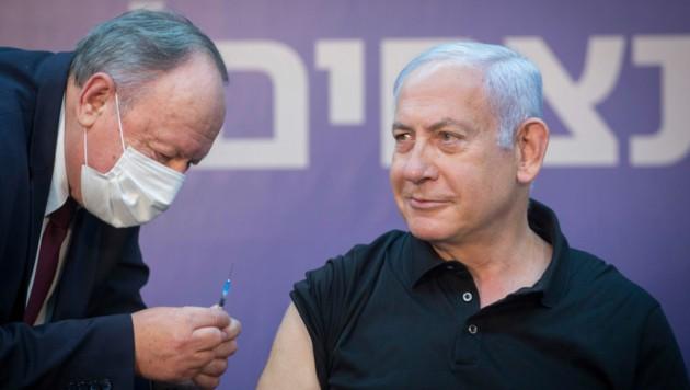 Premier Benjamin Netanjahu hat sich bereits medienwirksam impfen lassen. Er wollte mit gutem Beispiel vorangehen. (Bild: AP)