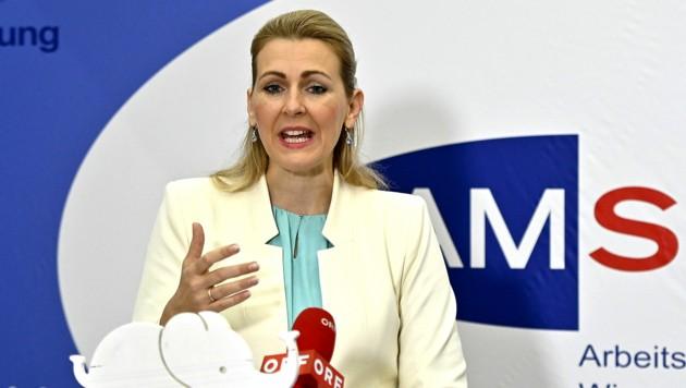 Christine Aschbacher (ÖVP) hat sich vorerst aus der Öffentlichkeit zurückgezogen. (Bild: APA/Herbert Neubauer)