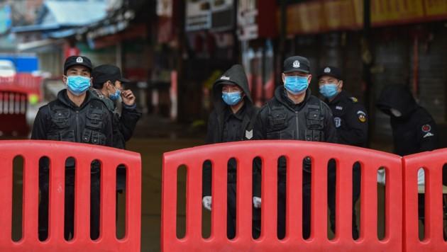 Die Maßnahmen gegen eine weitere Ausbreitung des Coronavirus werden nun auch in China wieder verstärkt. (Bild: AFP/Hector RETAMAL)
