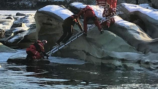 Die Feuerwehr holte den unterkühlten 14-Jährigen von dem Felsen, auf den er sich gerettet hatte. (Bild: APA/PI BREGENZ)