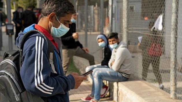 Eine Gruppe von indischen und pakistanischen Flüchtlingen wartet in Nikosia auf ihre Anmeldung. (Bild: AFP )