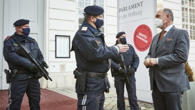 Nationalratspräsident Wolfgang Sobotka wird von Parlaments-Polizeikommandant Hans-Peter Czermak informiert.