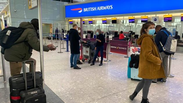 Viele Reisende konnten aufgrund der Reisebeschänkungen durch die britische Corona-Mutation nicht mehr nach Hause fliegen - Österreichs Botschaft riet zu einem Umweg. (Bild: AP/Max Duncan)