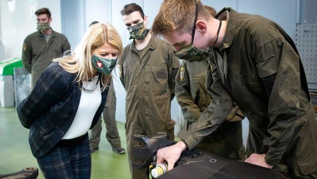 Verteidigungsministerin Klaudia Tanner (ÖVP) lässt sich von diesen Lehrlingen in Langenlebarn ihre Tätigkeiten erklären. (Bild: Bundesheer/Gunter Pusch)