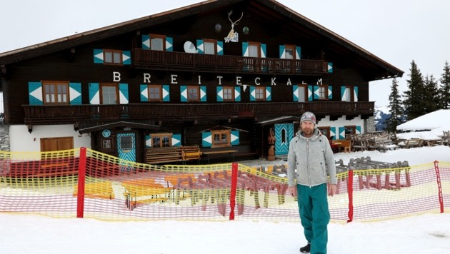 Patrick Radacher hat einen Zaun um seine Skihütte aufgestellt
