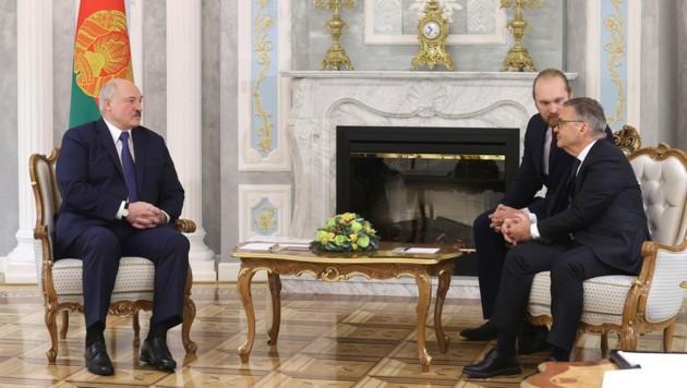 Alexander Lukaschenko (li.) und Rene Fasel (Bild: AP)